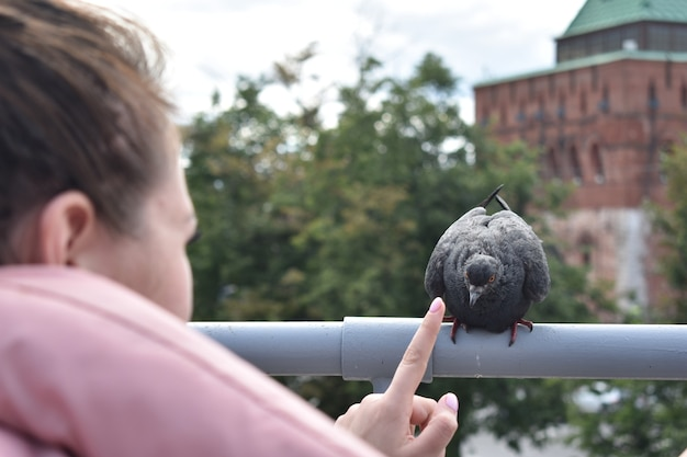 Девушка играет с голубем