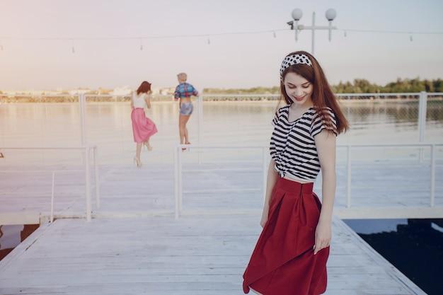 ポーズ少女と他の女の子の背景