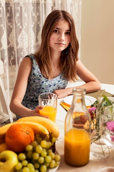 Девушка позирует за обеденным столом