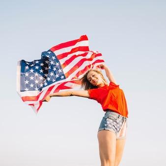 Девушка позирует с американским флагом