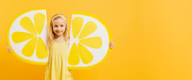 Девушка позирует с ломтиками лимона