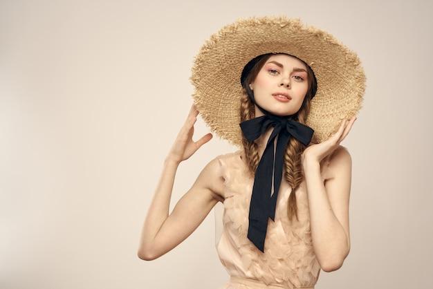 Девушка позирует в старинной соломенной шляпе