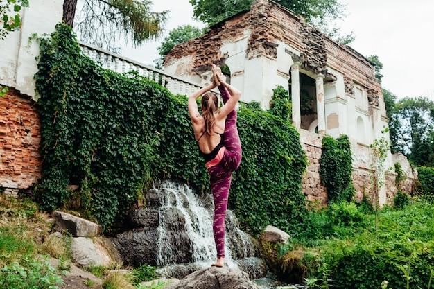 女の子は国際的なヨガの日にヨガのアーサナを練習します