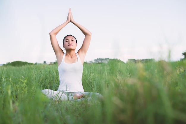 Девушка практикующих йогу заседание