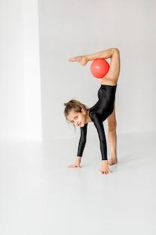 공을 가지고 리듬 체조를 연습하는 소녀