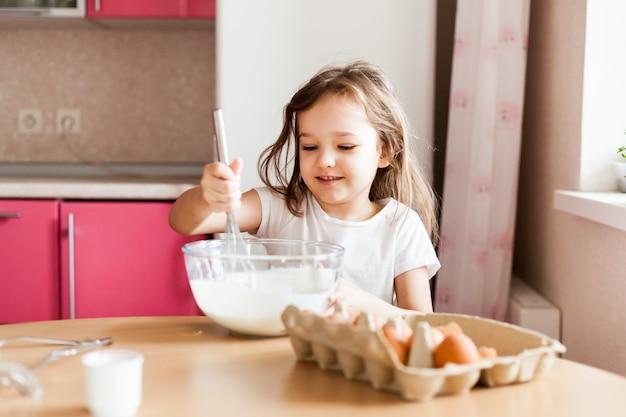 여자는 아침 식사, 베이킹, 밀가루, 우유, 계란, 팬케이크 한 그릇에 저어 준비, 어린이 어머니, 가족 아침 식사, 요리