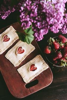 딸기와 함께 아침 퍼프를 준비하는 소녀