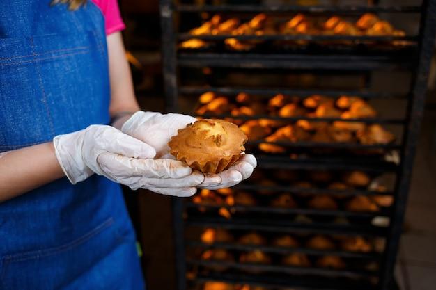 작은 빵집, 가족 사업, 정통, 취미, 기분, 편안한 쿠키를 준비하는 소녀. 배려와 사랑
