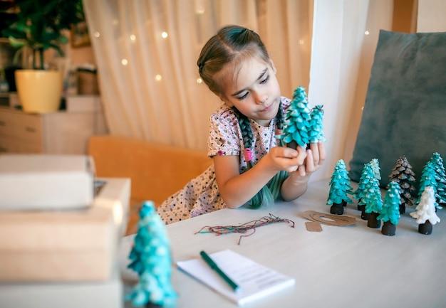 クリスマスのためにあなたの両親と家族のためにdiyギフトを準備している女の子、ゼロウェイスト