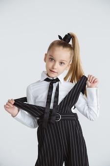Девушка готовится к школе после долгих летних каникул