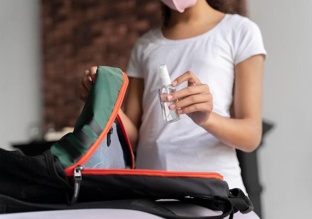 학교에 대 한 그녀의 가방을 준비하는 여자