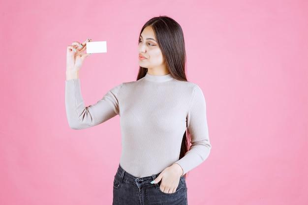 Ragazza che presenta il suo biglietto da visita a un partner commerciale
