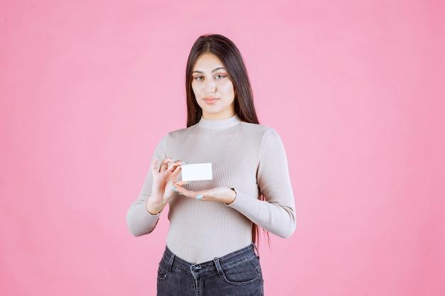 Девушка, представляя свою визитную карточку деловому партнеру