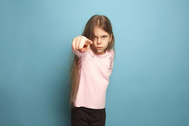 女の子は彼女の指を前に置きます