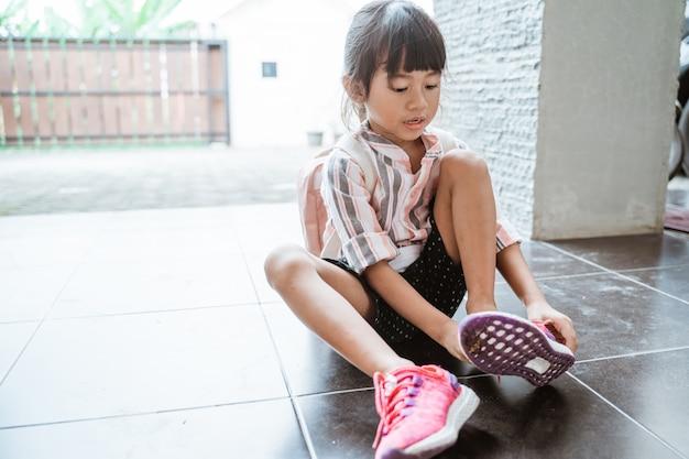 女の子が自分で靴を履く