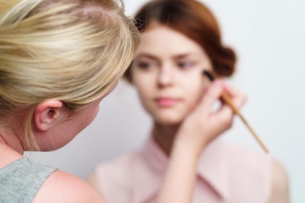 女の子は化粧をします
