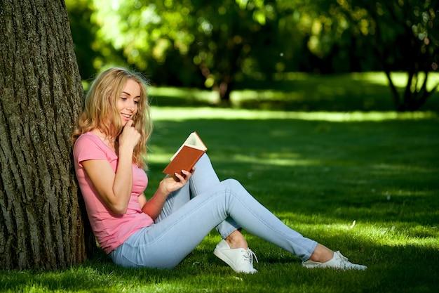 公園で本を読んでいる女の子