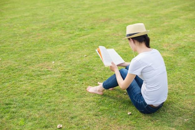 공원에서 독서하는 여자