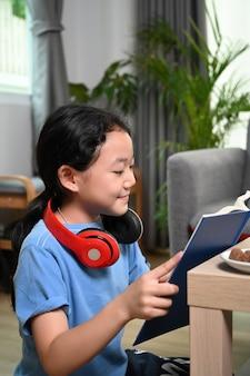 Девушка, читающая книгу в гостиной