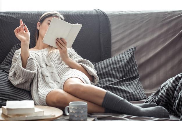 ソファで本を読んでいる女の子