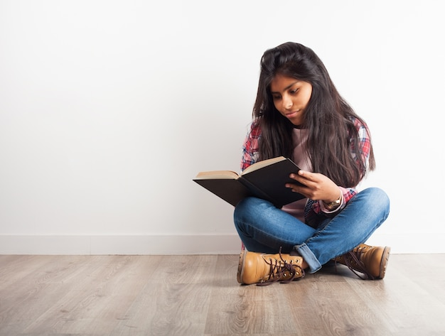 Ragazza che legge un libro