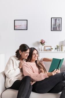 Девушка читает для своей мамы
