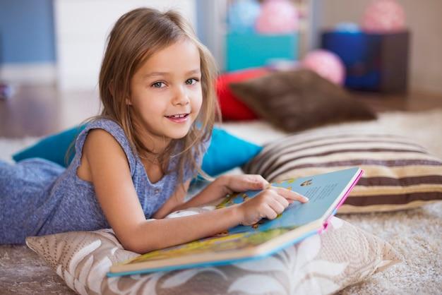 매우 편안한 자세로 독서하는 소녀