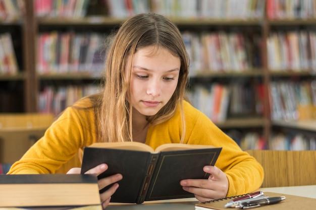 학교 도서관에서 독서하는 여자