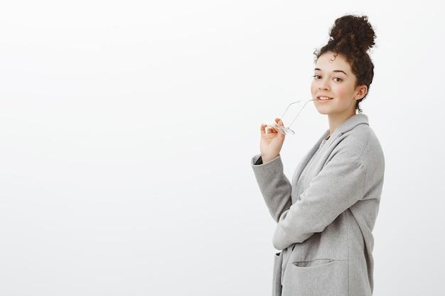 Девушка готова к продуктивной работе. портрет красивой умной бизнес-леди в сером пальто