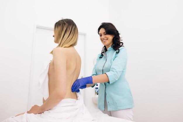소녀는 세션 대체 의학 치료 중에 물리 치료 마사지를 받습니다.