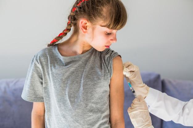 注射を受ける少女
