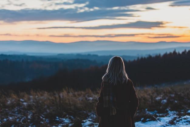 12 월에 sudetes 산맥을 바라보고있는 소녀