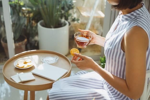 책을 읽고 거실에서 커피를 마시는 편안한 소녀