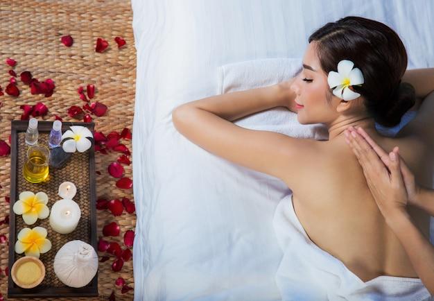 Девушка расслабляется в спа-салоне с ручным массажем