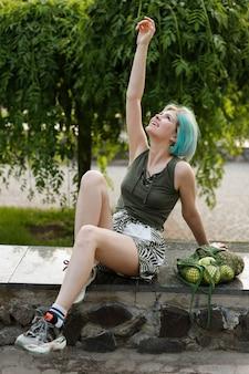 夏の買い物の後、公園でリラックスする少女