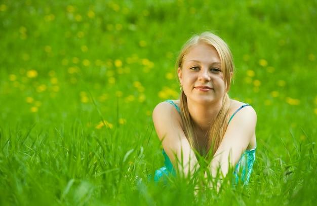 잔디에서 야외 휴식 소녀