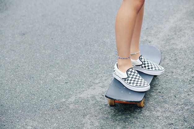 スケートボードに乗っている女の子