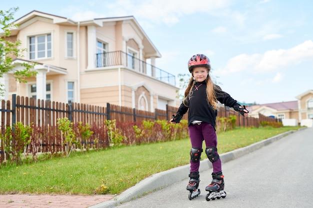 Девушка на роликовых коньках на улице
