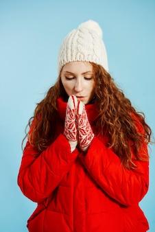 冬に手をこすりながら女の子