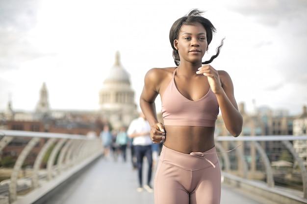 ロンドンのミレニムン橋で走っている少女