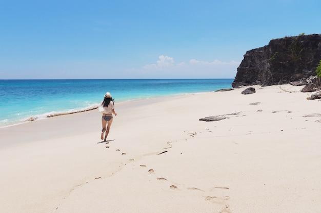 バリ島の海沿いを走る少女