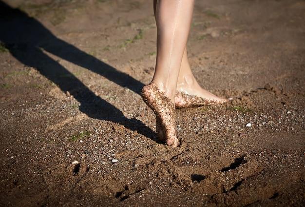 砂浜の女の子の裸足の足