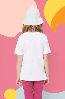 Maglietta bianca casual della ragazza vista posteriore girato in studio