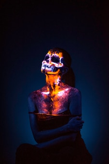 여자의 얼굴은 uv 두개골을 그린