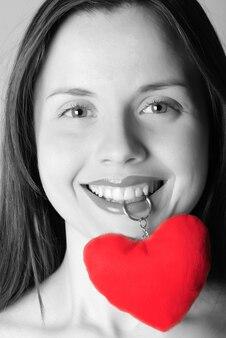 입에 장신구 심장을 가진 소녀의 얼굴
