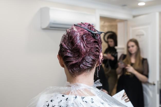 少女の染めたての紫髪