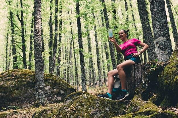 숲에서 셀카를 만드는 걸 스카우트.