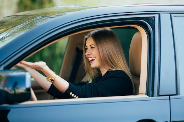 少女は車の中で危険な道路について悲鳴を上げる