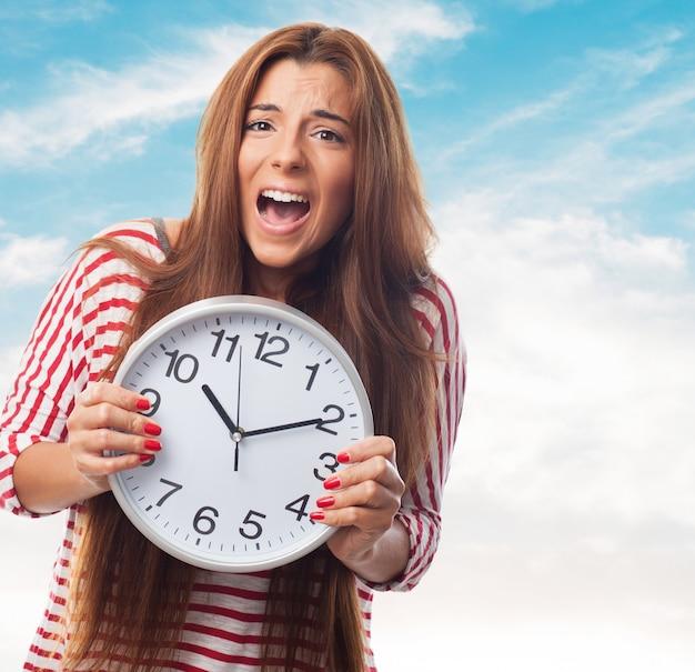 Ragazza urlando e azienda orologio