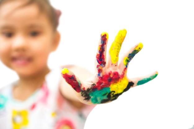 소녀 쇼 손은 여러 가지 빛깔의 페인트로 얼룩져 있습니다. 안녕 5 제스처